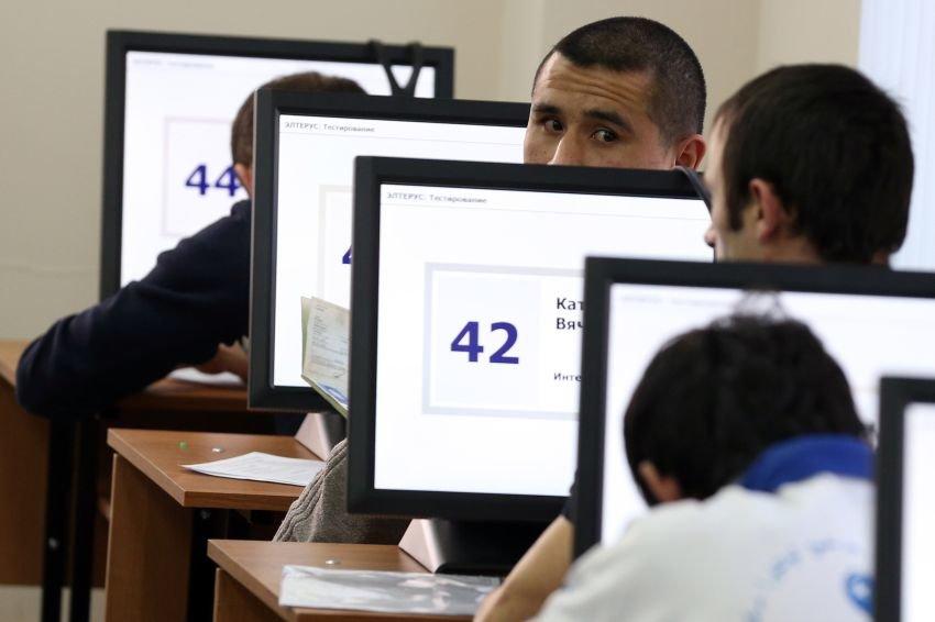 MOSCOW REGION, RUSSIA. JANUARY 15, 2015. Migrant workers undergo a Russian language test at the Moscow Region's United Migration Centre to obtain labour licences. Artyom Korotayev/TASS Ðîññèÿ. Ìîñêîâñêàÿ îáëàñòü. 15 ÿíâàðÿ. Ýëåêòðîííîå òåñòèðîâàíèå èíîñòðàííûõ ãðàæäàí íà çíàíèå ðóññêîãî ÿçûêà â Åäèíîì ìèãðàöèîííîì öåíòðå Ìîñêîâñêîé îáëàñòè. Àðòåì Êîðîòàåâ/ÒÀÑÑ